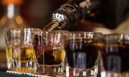 Развитие панкреатита в организме человека может быть спровоцировано употреблением большого количества и отравлением алкогольными напитками