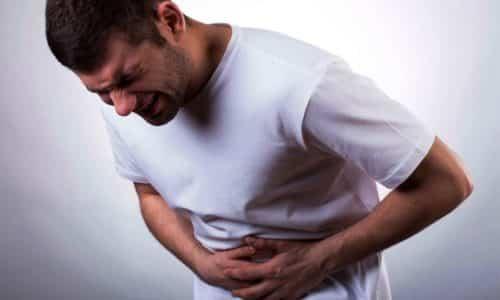 Самым заметным и ощутимым симптом панкреатита является боль в левом боку, отдающая в лопатку или загрудную часть