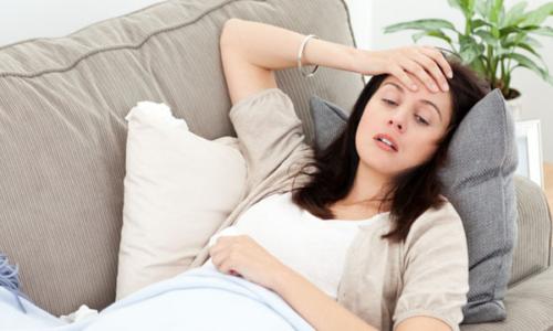 Пациент ощущает боли в суставах, отказывается от еды и жалуется на головные боли и насморк
