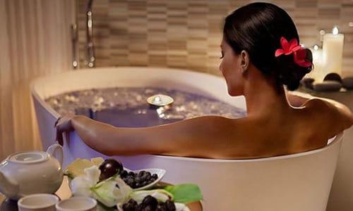 Некоторые специалисты рекомендуют ванны как один из способов лечения, другие выступают категорически против