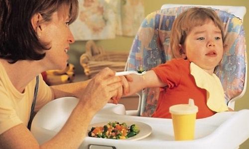 Вирус герпеса высыпает на слизистой горла, ребенок ощущает боль и дискомфорт при глотании, в это время ребенок может отказываться от еды