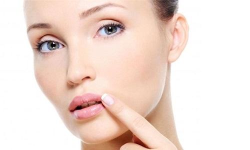 Герпес на губах при беременности может появляться довольно часто. Это связано с временным ослаблением иммунной системы