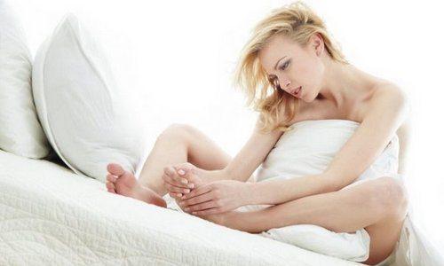 При отсутствии соответствующего ухода и гигиенических процедур за ногами в большинстве случаев можно диагностировать заболевание вросшего ногтя, которое в медицине называется онихокриптозом