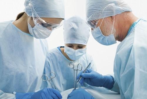 Врач принимает решение проводить хирургическое лечение вросшего ногтя