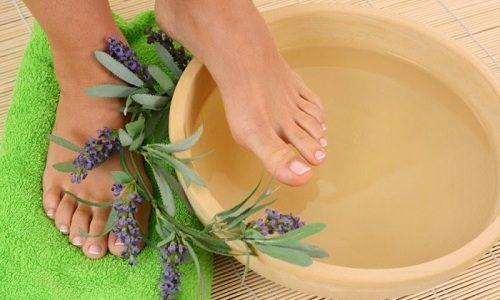 Наиболее распространенным и доступным способом размягчить ноготь, считается применение горячих ванночек для ног