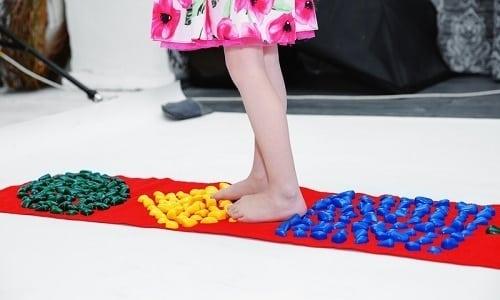 Если массаж ног выполняется дома без участия массажиста ортопеда, то специалисты рекомендуют использовать специальные коврики