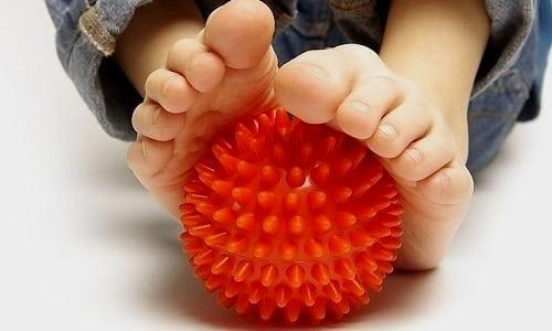 Можно предложить ребенку перекатывать ножками мячик