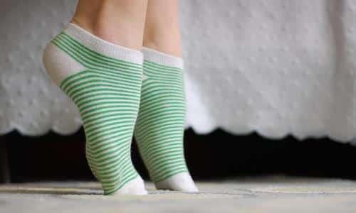 Полезным упражнением для здоровья стоп будет ходьба по кругу на носочках