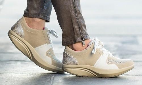 К сожалению, при наличии сформированной большой «шишки» на стопе, лечение заболевания посредством ортопедической обуви затрудняется
