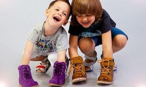 Предотвратить дальнейшее развитие плоскостопия у ребенка можно с помощью ортопедической обуви