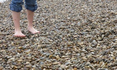 В тёплое время года идеальным вариантом для выравнивания у детей свода стоп является хождение по неровной поверхности (песочному берегу, гладким камням, траве, гальке)