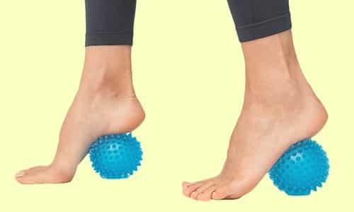 Помогут в профилактике уплощения подошвы различные упражнения, одно из них катание стопой в течение 5 минут мячика или счёты