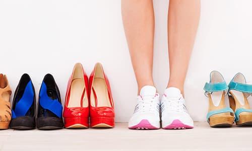 При плоскостопии женщине сложно носить обувь со шпильками