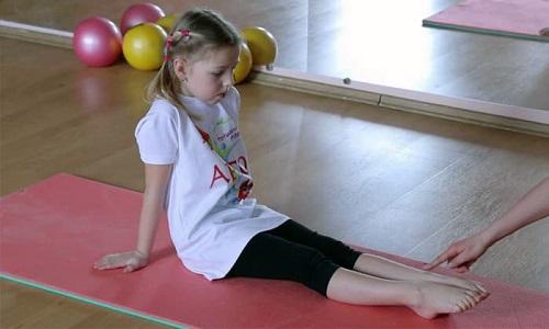 Детям физические упражнения помогают исправлять свод подошвы, а вот взрослым они годятся только для профилактики