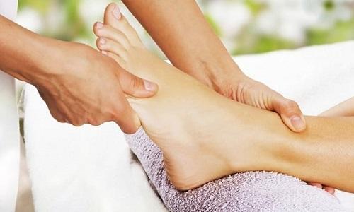 Специалисты рекомендуют упражнения от плоскостопия сочетать с лечебными массажами, которые снимают тонус мышц, нормализуют кровообращение, метаболизм и восстанавливают деформированные ступни