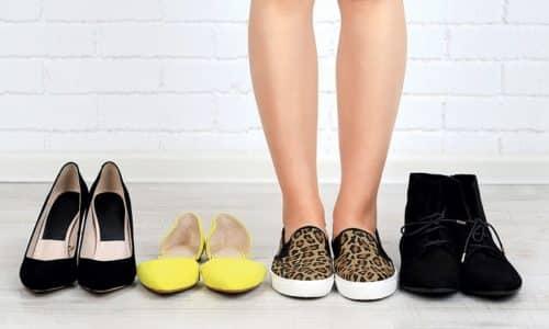 Высокие каблуки, синтетический материал, узкие туфли вредны для женщин, мужчин, которые часто являются первыми причинами формирования плоскостопия. Первым и самым эффективным спасением от патологии являются «правильные» туфли
