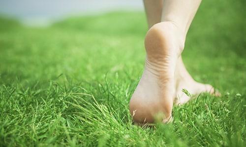 Для того чтобы предупредить развитие патологии в домашних условиях специалисты рекомендуют в тёплое время года совершать пешие прогулки босиком. Идеальным вариантом прогулок будут каменистые поверхности, очищенные пляжи, газоны с травой