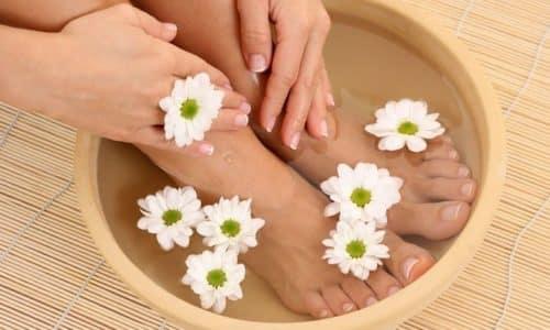 Перед нанесением противогрибковой мази, нужно делать размягчающие или дезинфицирующие ванночки для ног