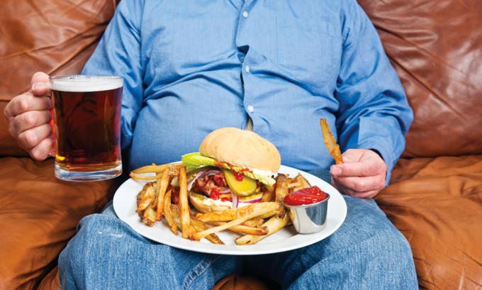 Злоупотребление спиртными напитками, сильно жирной и соленой пищей приводит к появлению герпеса