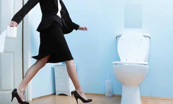 При интерстициальном цистите у пациента учащаются позывы в туалет. Он может посещать его до 100 раз в день