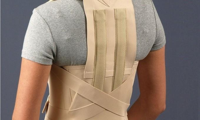 Во время реабилитации после удаления грыжи следует носить корсет