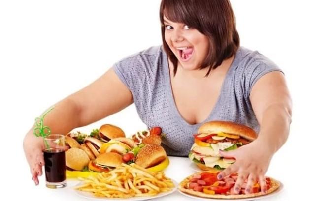 Употребление жирной и острой пищи является основной причиной появления заболевания