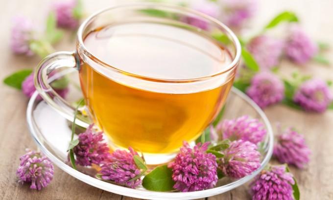 Чай из клевера поможет снять отеки и улучшить кровообращение при варикозе
