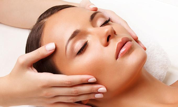 При массаже лица важно не растягивать кожу, но при этом осуществлять небольшой нажим