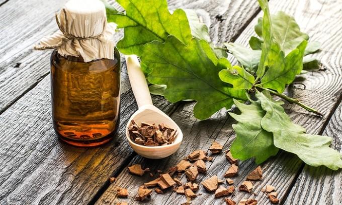 В состав монастырского чая добавляют кору дуба, благодаря полезным свойствам используется как антисептическое средство, обладающее вяжущим эффектом
