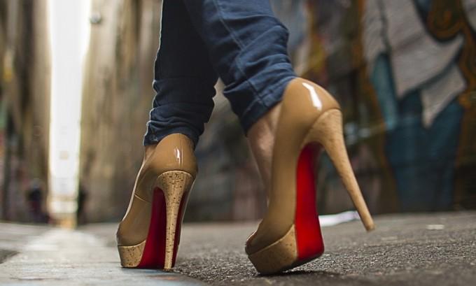 Чрезмерная нагрузка на ноги, хождение на высоких каблуках во время беременности может привести к варикозу