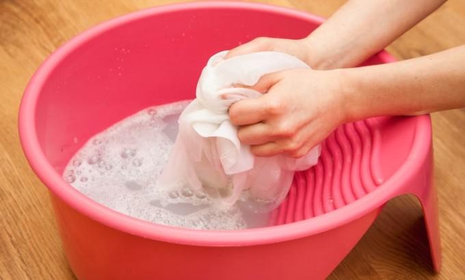 Стирать бинт следует 2-3 раза в неделю в мыльном растворе, в теплой воде. После стирки бинт не выжимать, не подвергать высоким температура