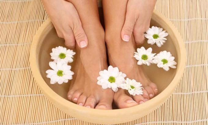 При цистите можно делать горячие ножные ванны. Температура воды - 36-38С. Длительность процедуры - около 20 минут