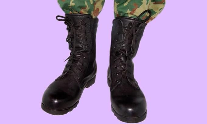 Изготовление армейской обуви осуществляется из достаточно грубых материалов, без каблука на подошве. Поэтому при наличии плоскостопия и постоянного эксплуатирования таковой обуви начинается естественное развитие заболевания