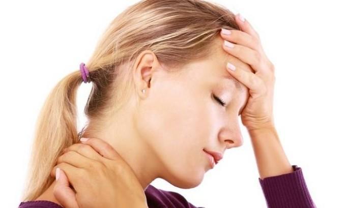 Если киста сопровождается осложнениями, то симптомами являются высокая температура тела и сильные боли в области гортани