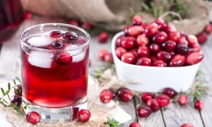 При цистите желательно пить много жидкости, особенно полезен клюквенный сок