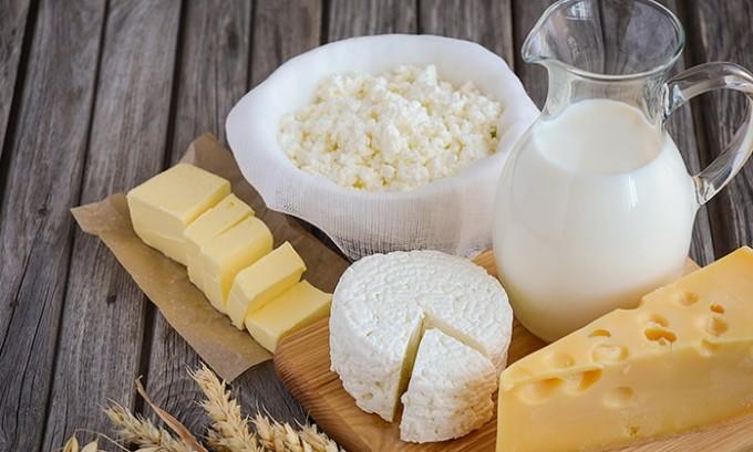 Молочные продукты, содержащие в большом количестве необходимый кальций и белок, необходимо тоже проверять на наличие коэффициента жиров. Таким образом, сливочное масло и сметана, приготовленные в домашних условиях, недопустимы к употреблению по причине высокой жирности