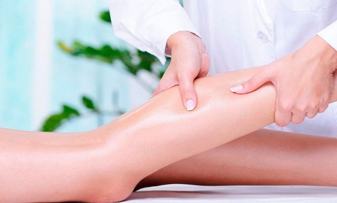 Предотвратить развитие болезни, вернуть венам эластичность может помочь массаж ног при варикозе. Такая процедура эффективно стимулирует кровообращение, уменьшая вероятность венозного застоя