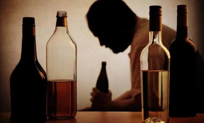 Алкоголь, попадая в систему пищеварения, способствует повышенному выделению желудочного сока, который оказывает вредное воздействие на работу поджелудочной железы