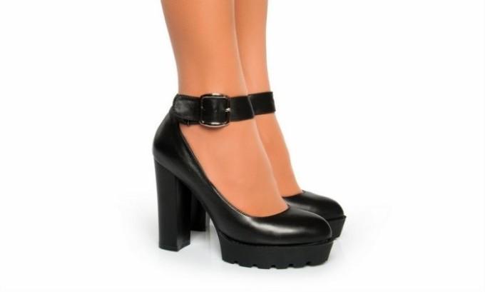 Женщины, которые носят обувь на высоком каблуке, могут пострадать от варикозного расширения вен