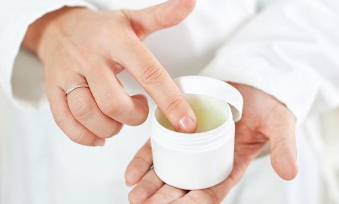 На протяжении 7-14 дней на кожу наносится специальная антибактериальная мазь