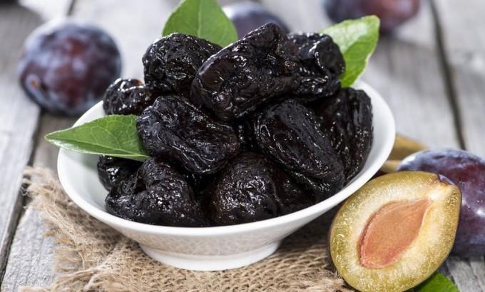 При зобе щитовидной железы йод в организм может поступать с черносливом