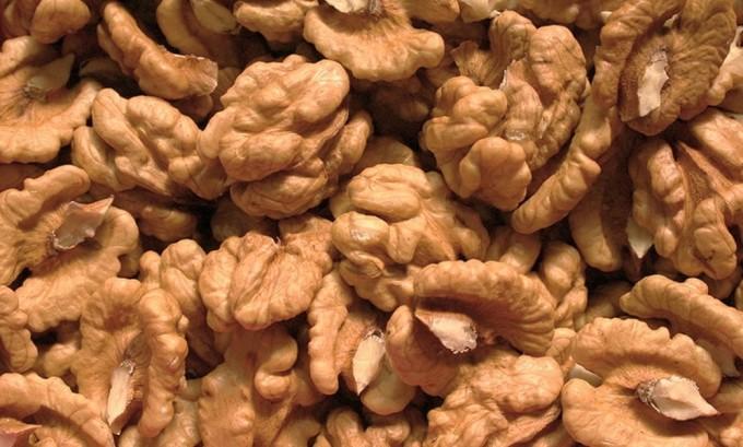 Уменьшить проявление симптомов гипотиреоза можно, если ежедневно по утрам съедать по 2 грецких ореха