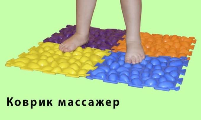 Одним из самых известных упражнений при плоскостопии является хождение босиком по неоднородной поверхности