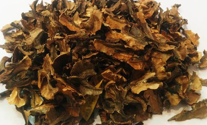 Из грецких орехов извлекают перегородки и сжигают их. Полученный пепел сыпят на язву
