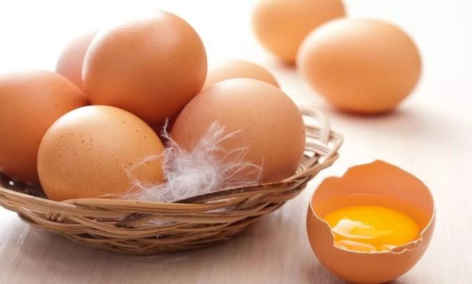 Сварите яйца, очистите их, аккуратно снимите образовавшуюся пленку и накладывайте ее на высыпания
