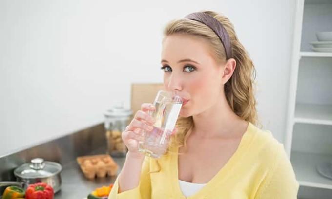 Больному рекомендуют обильное питье, хорошо подходит чистая вода