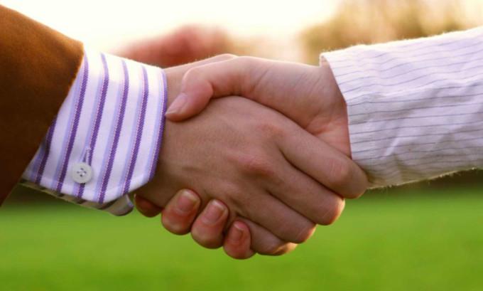 При контактном способе герпес передается непосредственно от одного человека к другому через рукопожатия