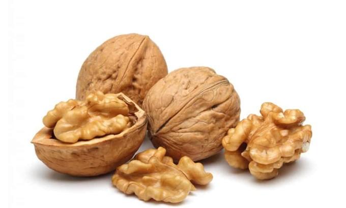 Грецкие орехи являются рекордсменом по содержанию йода и других полезных веществ. При заболевании щитовидной железы, а также в профилактических целях рекомендуется ежедневно съедать до 10 орехов
