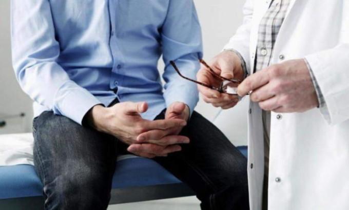 Первым делом больного ждет консультация уролога, который проводит сбор анамнеза, визуальный осмотр и пальпацию в положении стоя и лежа