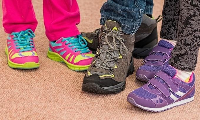 Донашивание «чужой» обуви, ношение обуви их некачественных материалов, без использования ортопедической стельки, специального каблука и жёсткого задника – частая причина возникновения плоскостопия